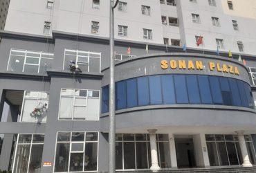 Vệ sinh lau kính tòa nhà chung cư Sơn An