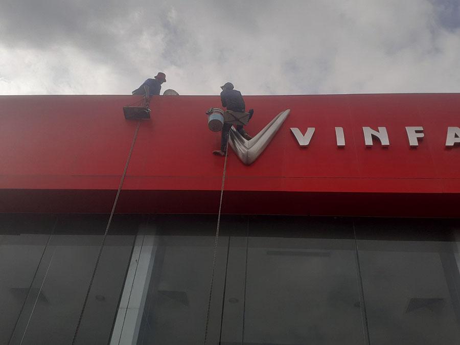 công ty vệ sinh bảng hiệu vinfast